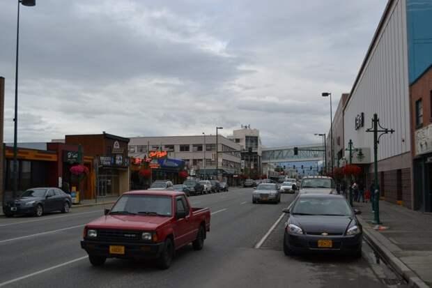 Начать этот пост хочется с фотографий с самого крупного города Аляски - Анкориджа. Как можно заметить на трех следующих снимках, с дорогами тут все в порядке автомобили, аляска, анкоридж, горы, дороги, сша, сюард