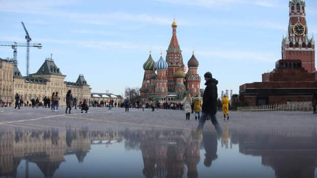 Мужчина прогулялся по Москве в футболке с вызывающей украинской символикой