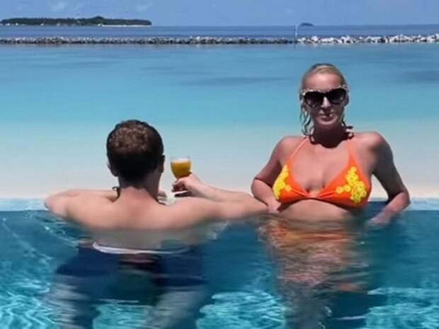 «Уткнулся в шпагат»: Волочкову высмеяли за фото с возлюбленным на Мальдивах (ФОТО)