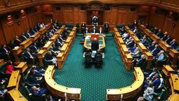 Новозеландского депутата выгнали из парламента за ритуальный танец на дебатах