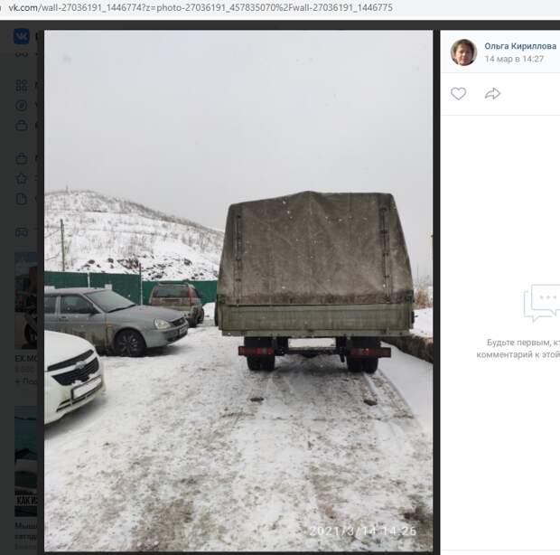 «Газель» преградила выезд с парковки на Рождественской