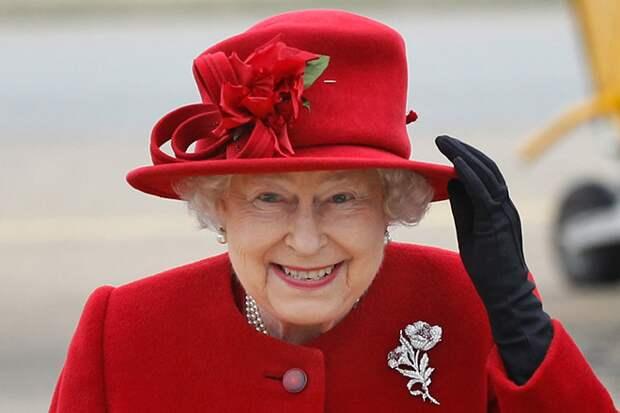 Mirror: у Елизаветы II есть искусственная рука для приветствия публики