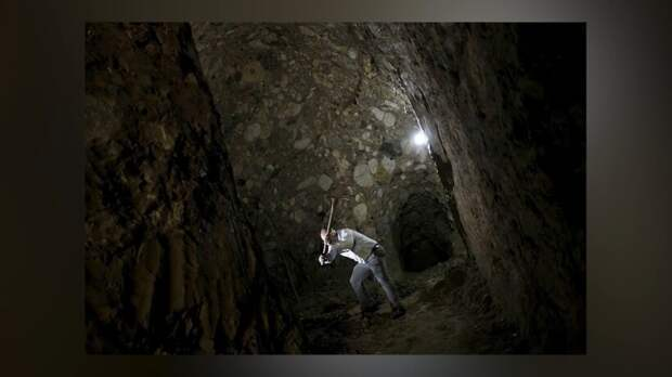 Видео: Фермер выкопал пещеру своими руками и поселился в ней