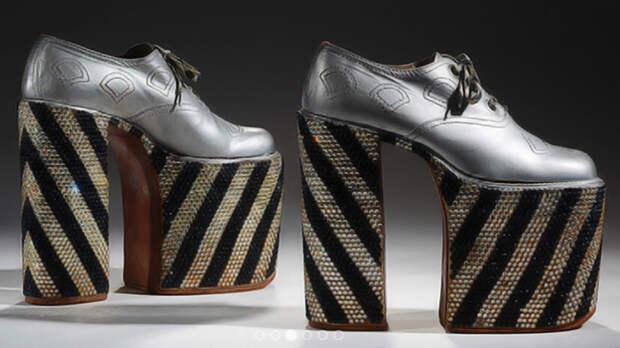 Серебристые туфли на очень высокой платформе.