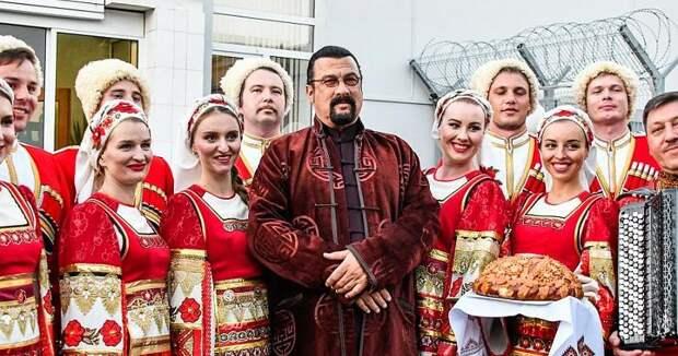 Как поживает вРоссии «новый русский» Стивен Сигал: актер, буддийский святой игроза кур