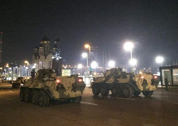 Во Владивостоке состоялась первая ночная тренировка механизированной части парада Победы на главной улице Приморской столицы