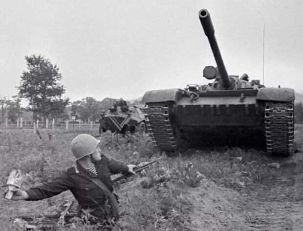 Бабуль , ты у меня еще и с гранатой на танк сможешь...Или как пожилая женщина наказала обидчика...