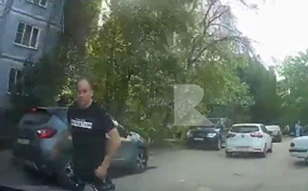 Во дворах Канищева мужчина набросился на девушку-водителя