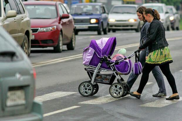 Матери с колясками, бегущие на красный свет.