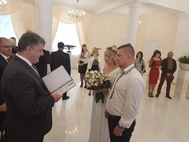 Порошенко в Одессе заявился выпить 100 граммов на свадьбе «киборга» и волонтерки и подарил им квартиру