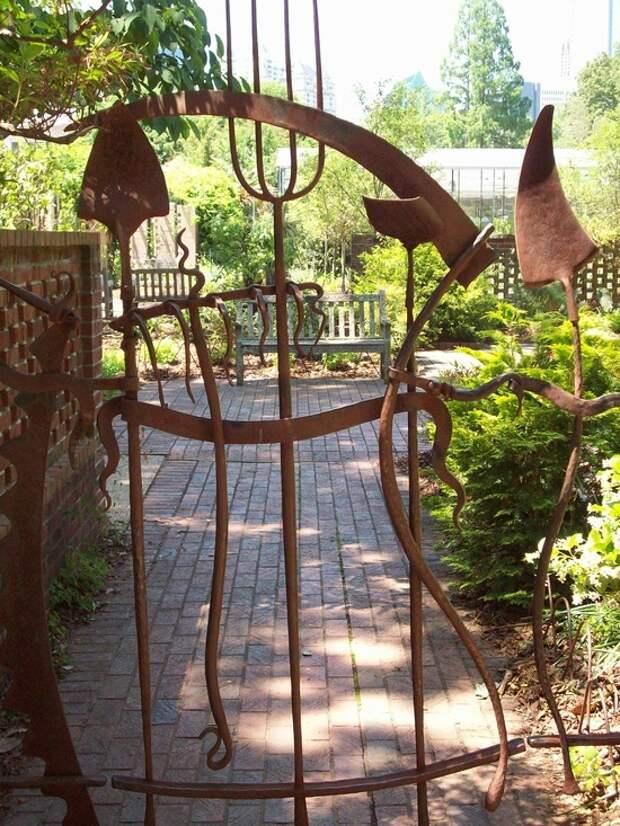 Ворота из огородного инвентаря