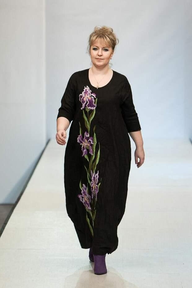Платье с ручной вышивкой в виде крупных цветов. /Фото: i.pinimg.com