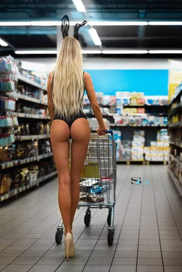 Девчата в магазине