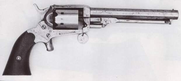 Кофер: человек, револьвер, винтовка
