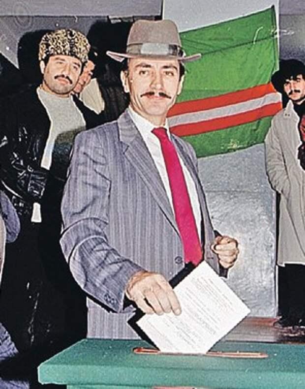 Дудаев голосует на выборах Президента и Парламента Чечни 27 октября 1991 года.
