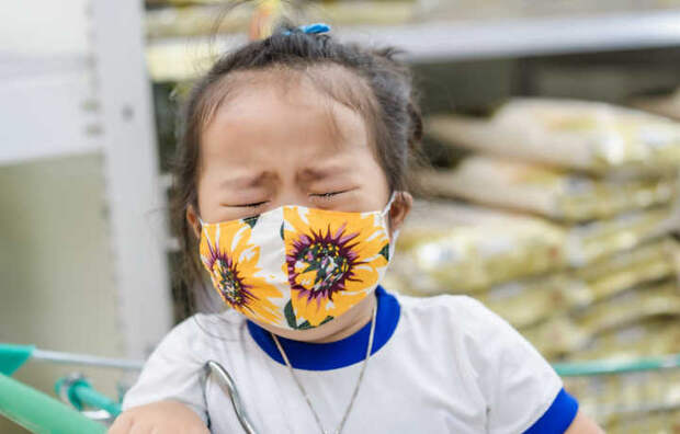 Маски вредны для детей: две трети родителей сообщили о тревожных психологических и физических проблемах