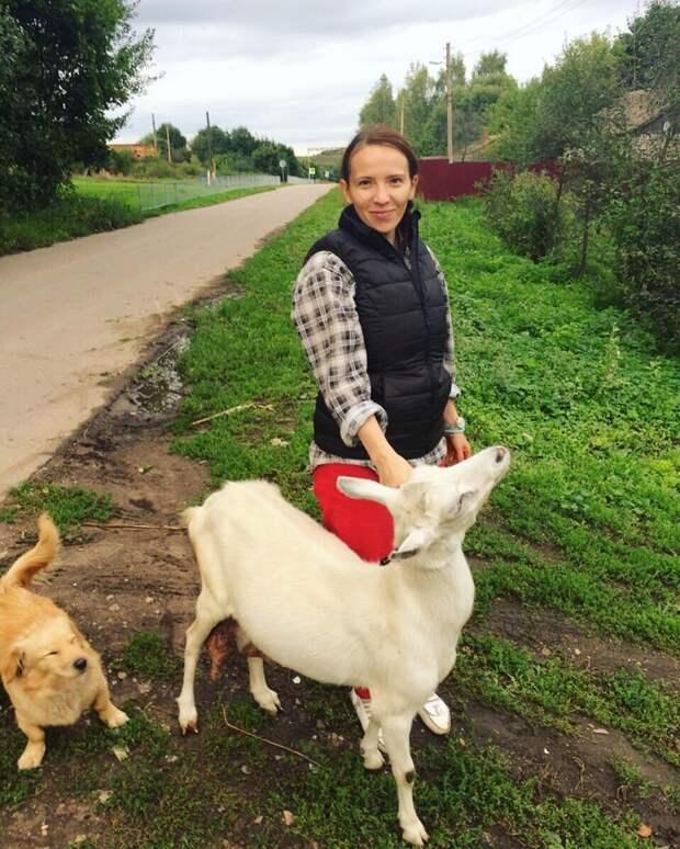 Где еще можно увидеть такого милого пса и белоснежную козочку, как не в заботливых руках деревенской девушки? девушки, деревня, жизненно, правда, село