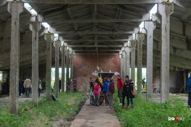 «Коровник» раздора: показываем выставку, которая закончилась дракой художников с жителями Кегострова