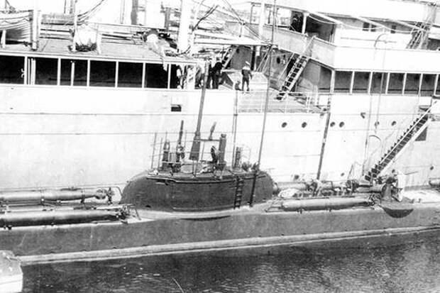 Подводная лодка «Волк» в Ревеле у борта плавбазы «Тосно»