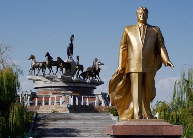 Один из многих золотых памятников Сапармурату Ниязову