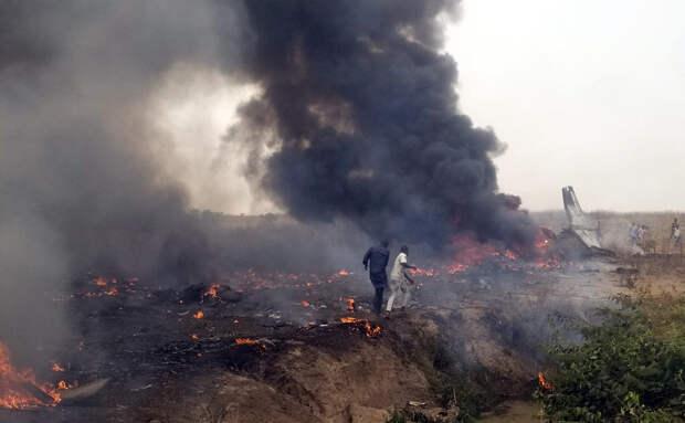Военный самолет упал в столице Нигерии