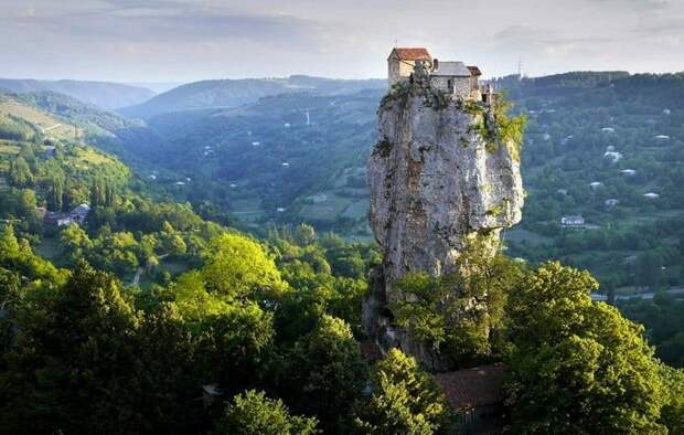 Столп Кацхи - крепость одиночества на высоте 40 метров в Грузии.