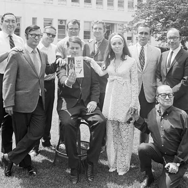Девять из 25 авторов книги «Голый пришёл незнакомец» собрались вместе после того, как объявили, что совершили то, что может стать литературной мистификацией века.