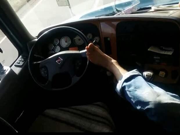 Водитель хвастает, что ведет фуру одной левой… ногой (ВИДЕО)