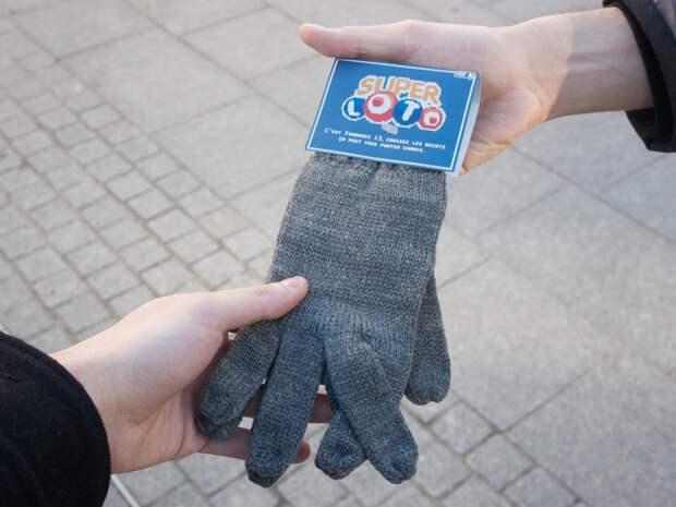 Французам раздали перчатки на удачу