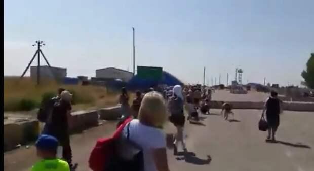 Киев «рыдает»: В Сеть попало шокирующее видео — украинцы «дерутся», чтобы попасть в Россию