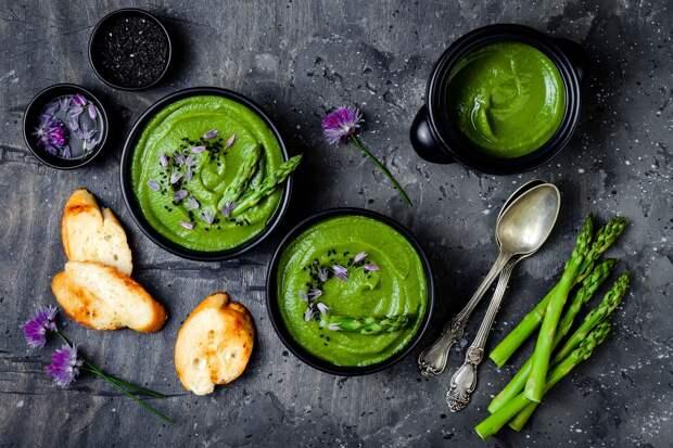 С ягодами годжи, грецким орехом и семенами чиа: 5 рецептов необычных крем-супов