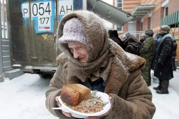 """""""Это просто позор"""": Пока нищие в России ищут деньги на еду, продукты просто уничтожают"""