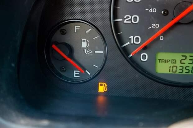 Эксперты рассказали, почему опасно выкатывать бензин до загорания лампочки