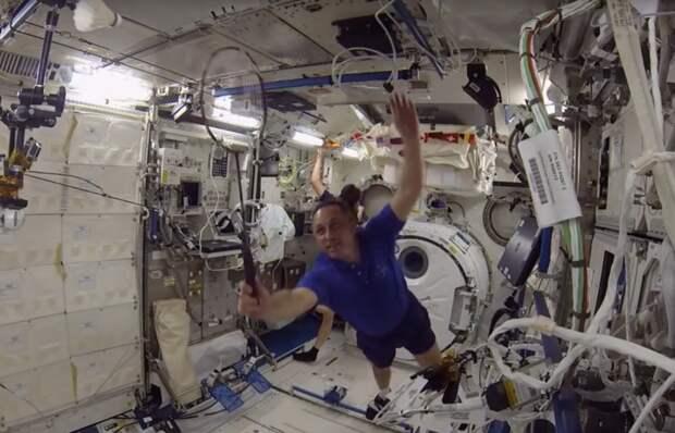 На МКС сыграли в космический бадминтон (видео)