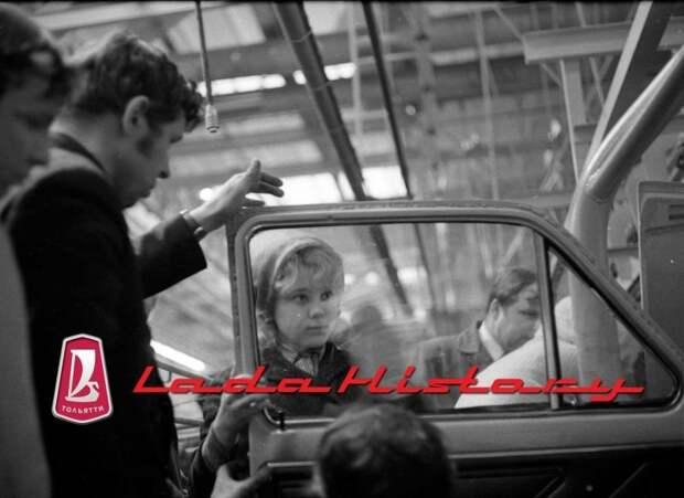 На каждой операции одновременно идет обучение сборщиков слесарей МСР, среди которых немало девушек, главным образом собирающих салон автомобиля авто, автоваз, автозавод, автомобили, ваз, ваз 2121, нива, ретро фото