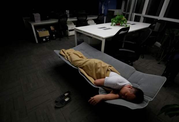 Китаец заснул на работе и напугал храпом целый город