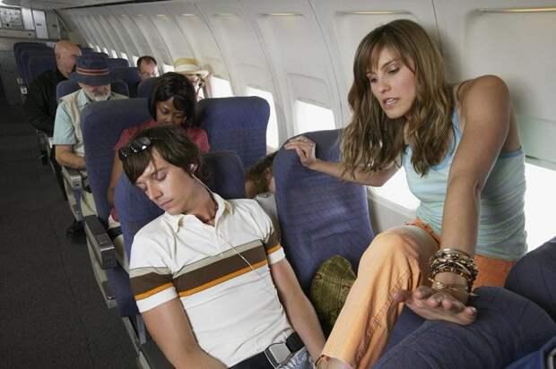 Стюардессы назвали 10 мерзких вещей, которые нужно перестать делать в самолете
