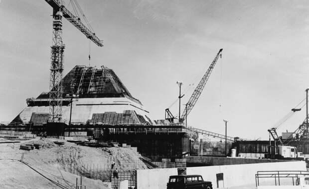 Пустая оболочка Все вооружение увезли из пирамиды в Эль-Пасо. Внутренние помещения были залиты бетоном, сотни людей лишились работы, подрядчики же украли все, что могли украсть, оставив лишь пустую оболочку памятником минувшему параноидальному страху. В течение сорока лет пирамида заполнялась грунтовыми водами, ведь ее дренажные насосы были выключены. Сегодня правительство США безуспешно пытается продать постройки на аукционе, однако пока желающих поселиться в бывшей военной базе совсем не много.