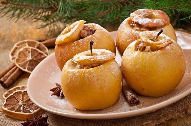 Яблоки с изюмом и орехами