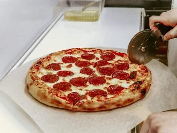 Доставщик пиццы из Читы раскрыл фальшивомонетчика