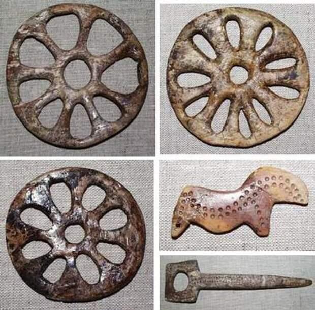 Самые знаменитые предметы из Сунгири. Костяная лошадка была раскрашена охрой в ярко-красный, но со временем утратила свой цвет