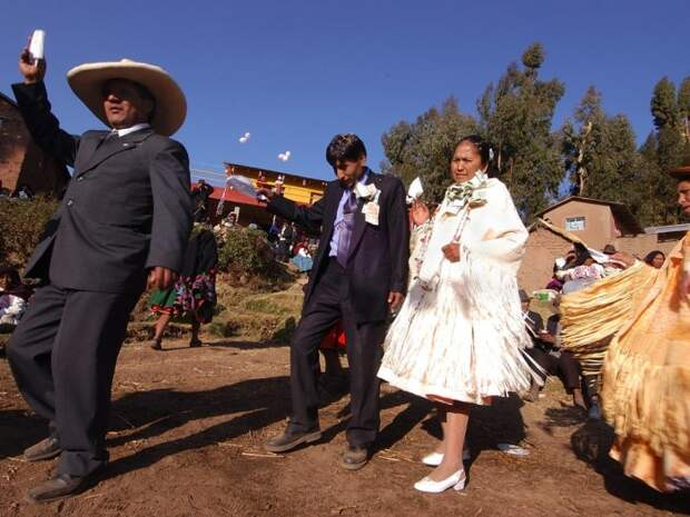 На фото невеста в пышной юбке и жакете с бахромой. Автор: VW Pics.