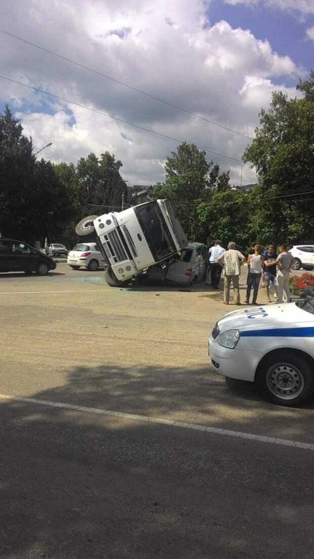 ДТП в Крыму: грузовик накрыл собой минивэн (фото)