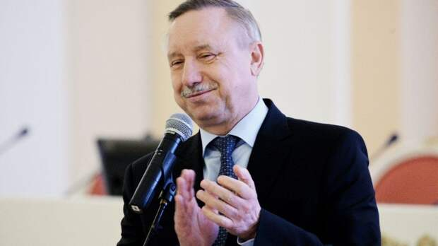 Беглов торжественно вручил паспорта юным петербуржцам