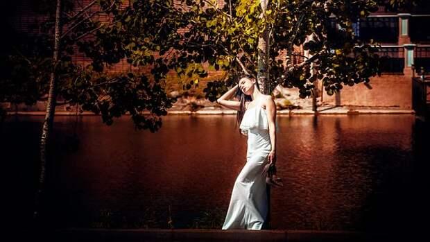 Девушка В Белом Платье, Держит Туфли