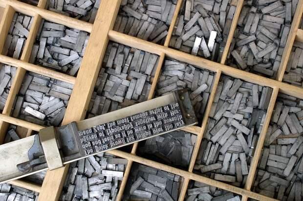 Так выглядела тогда печать книг. В типографский набор работник собирал текст из свинцовых брусочков с зеркальным отображением букв. Затем по ним прокатывался валик с чернилами, и они отпечатывались на бумаге. Рассыпать труд не одного дня — это фактически «аборт» книги на позднем сроке.