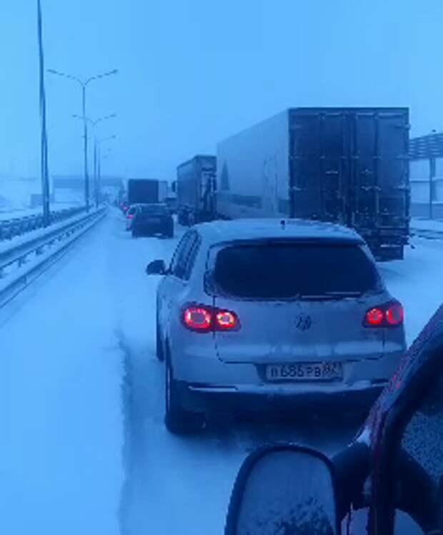 В Крыму на трассе «Таврида» из-за снегопада образовалась большая пробка