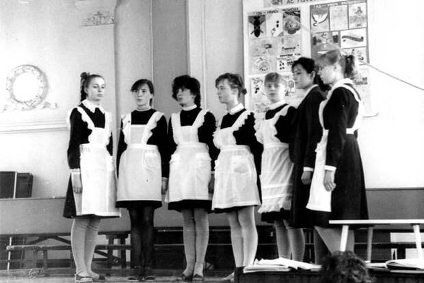 Что запрещали носить школьникам в СССР?