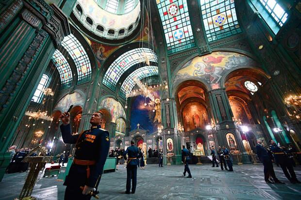 Надувные храмы и войсковые свечи: как православная церковь помогает русским военным