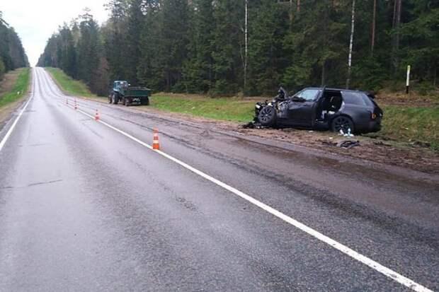 В Быховском районе Land Rover влетел в попутный трактор - пострадали двое детей.